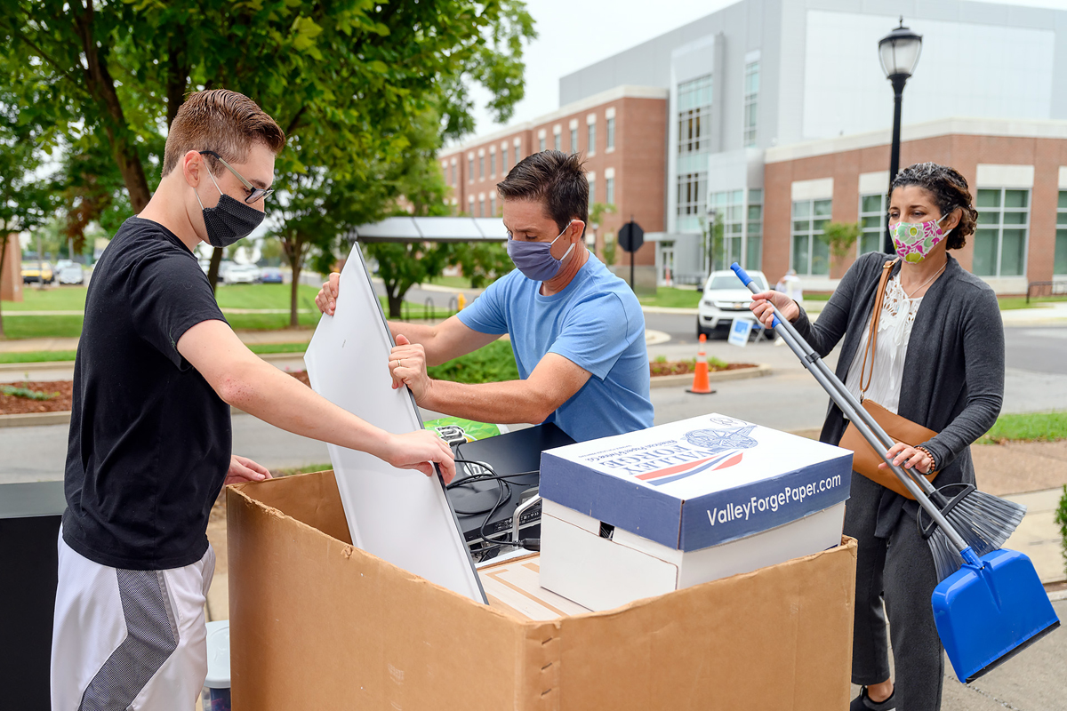 Jacob Dilts, left, and parents Eric and Natalie Dilts place his things into a cart as he prepares to move into Jim Cummings Hall on the MTSU campus on Wednesday, Aug. 19. Jacob Dilts will be a freshman in the Jones College of Business, majoring in supply chain management. (MTSU photo by J. Intintoli)